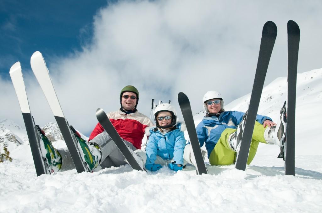 familia esquiando en la nieve