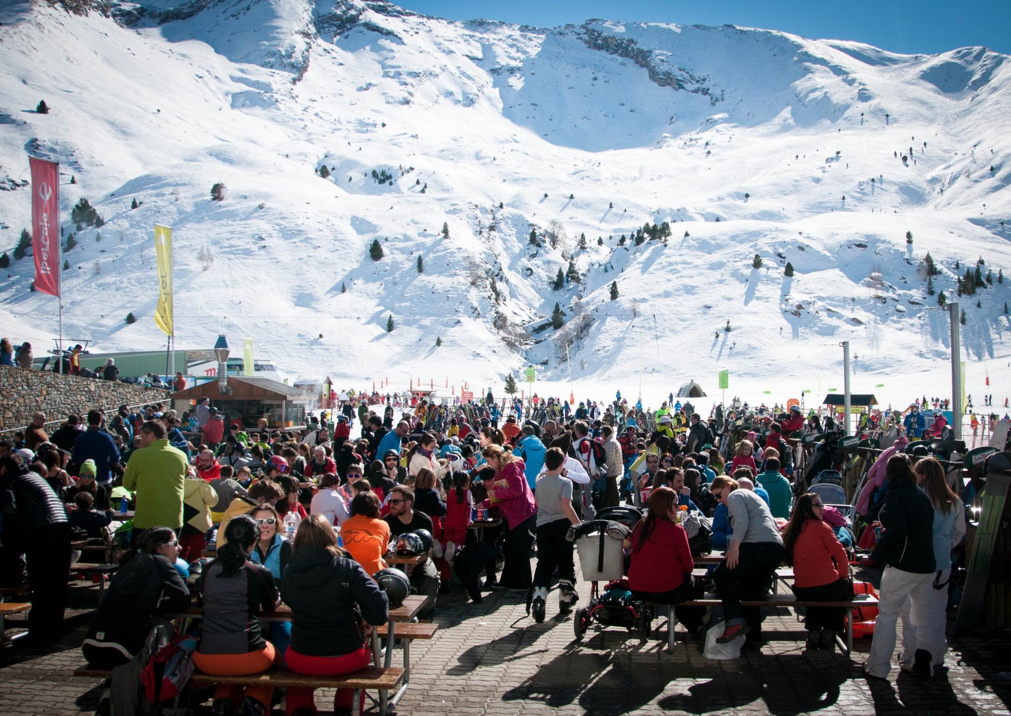 Multitud de gent a Cerler després del dia d'esquí
