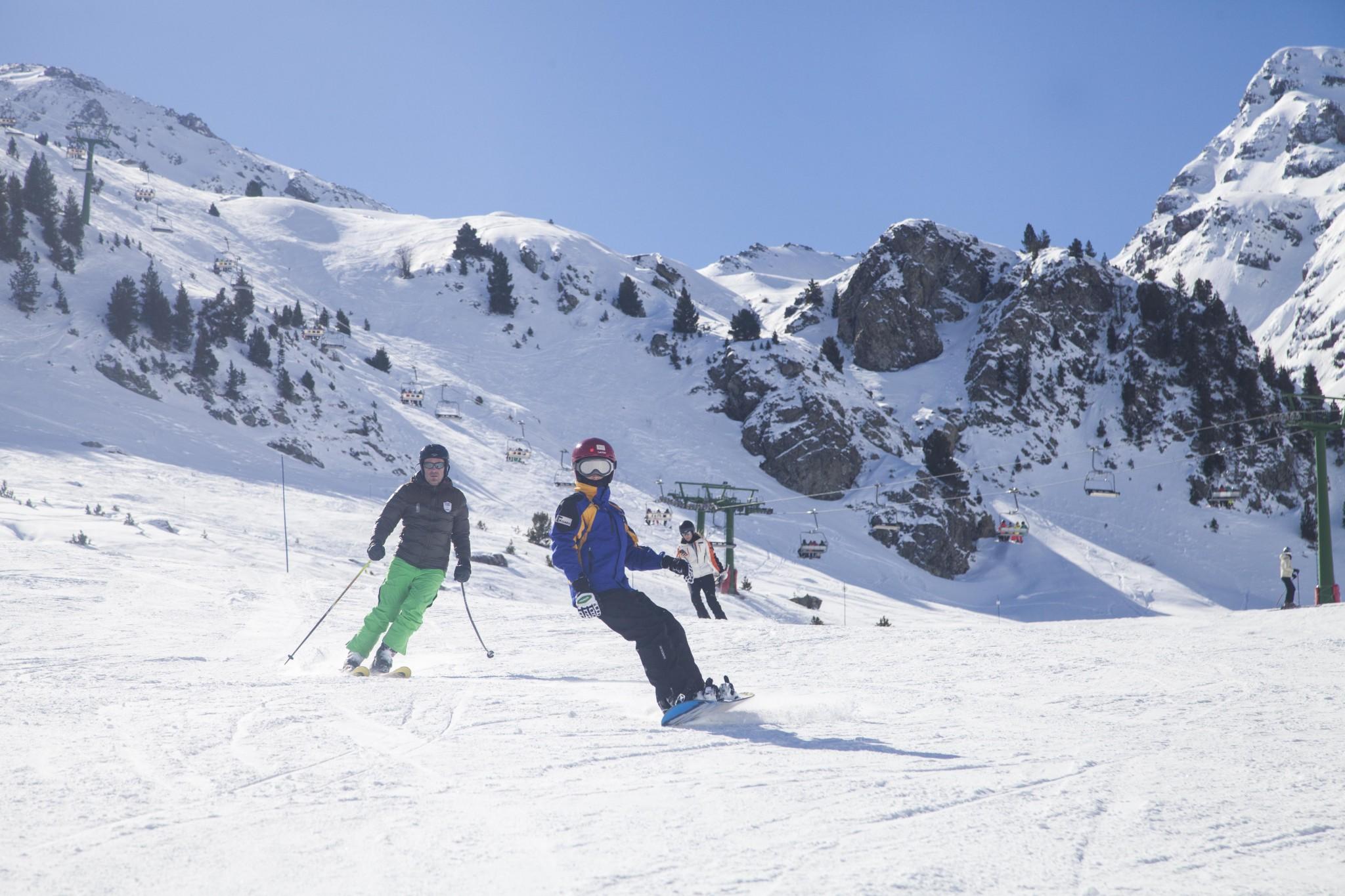 Neu a Formigal i dues persones esquiant